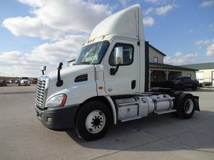 2013 Freightliner Cascadia CA113 - Day Cab