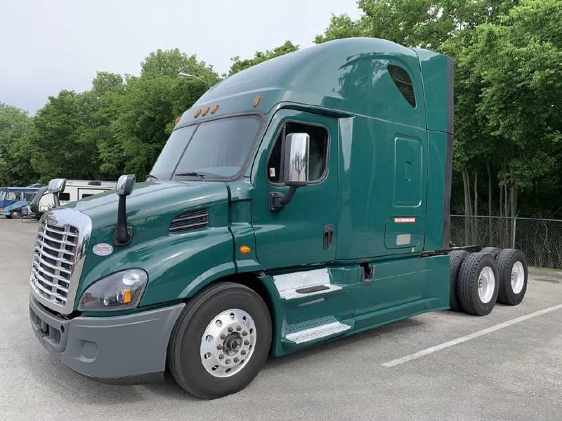 2016 Freightliner Cascadia CA113 Semi Truck