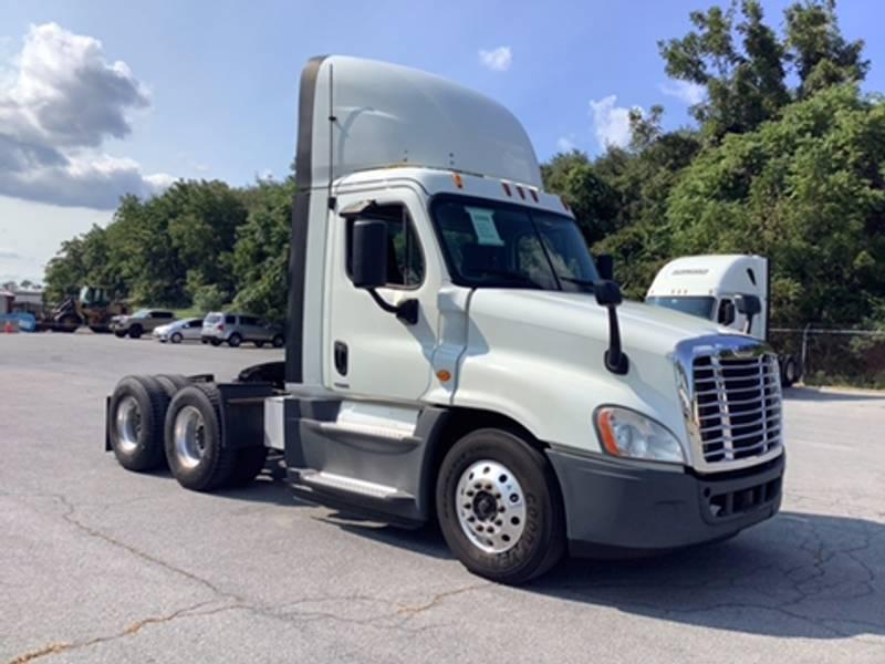 2015 Freightliner Cascadia Sleeper Truck