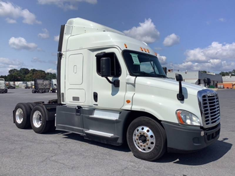 2016 Freightliner Cascadia Sleeper Truck